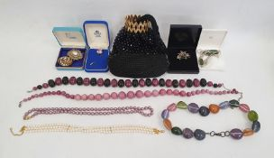 Quantity costume jewellery including brooches, necklaces, etc