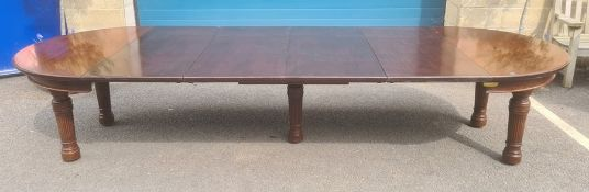 Early 20th century mahogany extending dining table, circular, with four extending leaves,