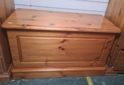 20th century pine blanket box on plinth base, 92.5cm x 54cm Condition Report(Pictures uploaded)