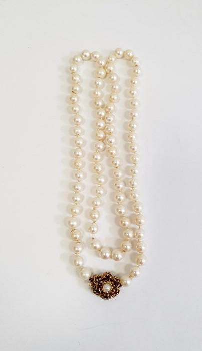 Cultured pearl necklacewith 9ct gold flower-shaped clasp, set with six garnets and single pearl, - Image 3 of 3