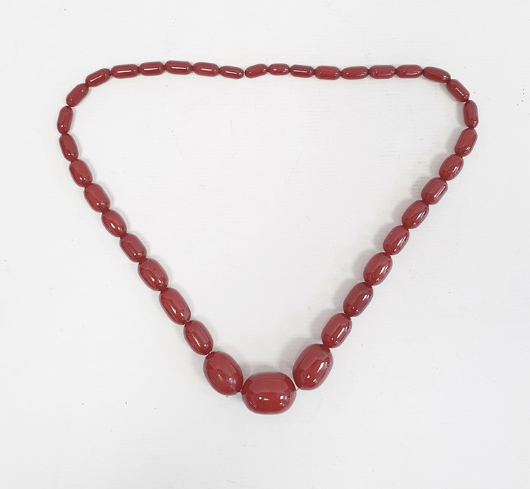 Single row of graduated red bakelite beads Condition ReportWeight approx. 98 grams