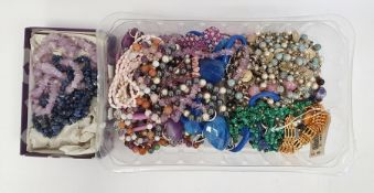 Quantity assorted costume jewelleryincluding necklaces, brooches, etc