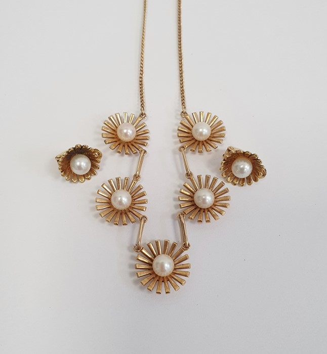 9ct gold necklace with five stylised flowerheads, each set with a central cultured pearl and a