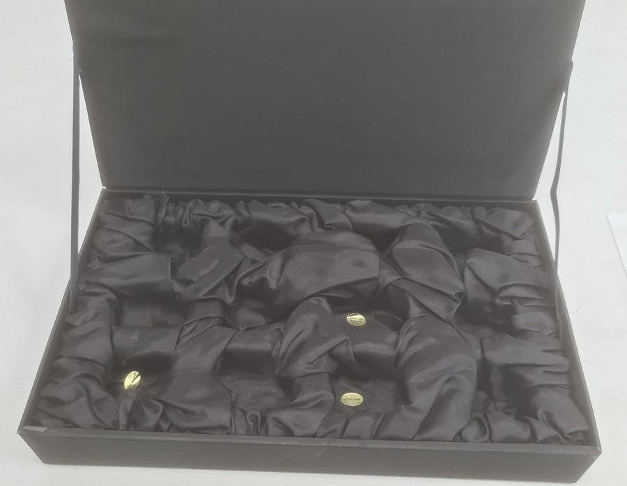 An oriental cased box of twelve hard-stone elephants, to include rose quartz etc - Image 2 of 3