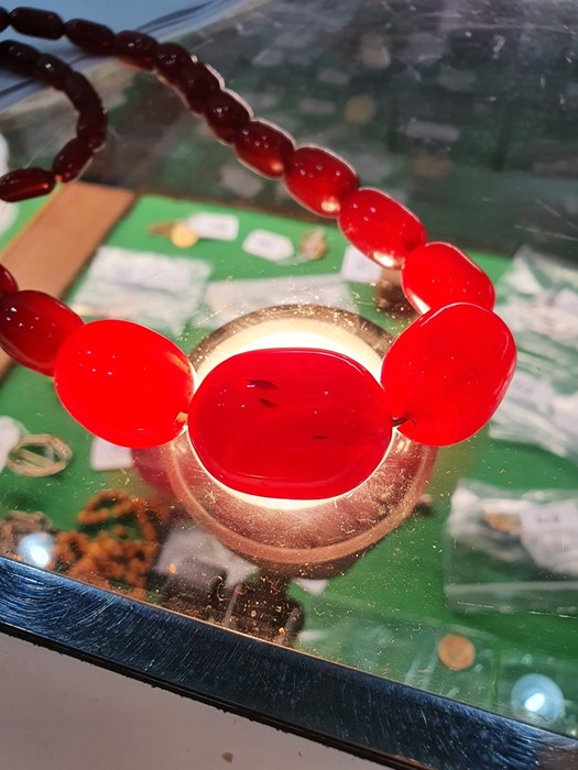 Single row of graduated red bakelite beads Condition ReportWeight approx. 98 grams - Image 5 of 5