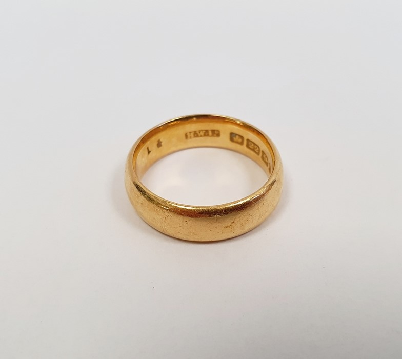 22ct gold wedding ring, finger size M, approx. 7.7g