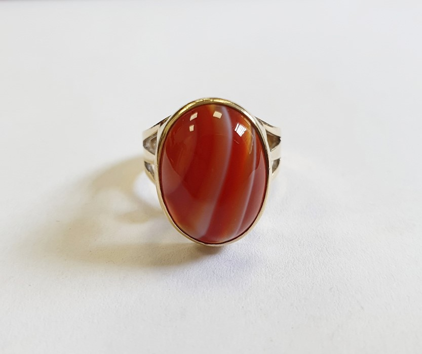 9ct gold ringset with a banded agate cabochon and with pierced trefoil shoulders, finger size M 1/ - Image 2 of 4