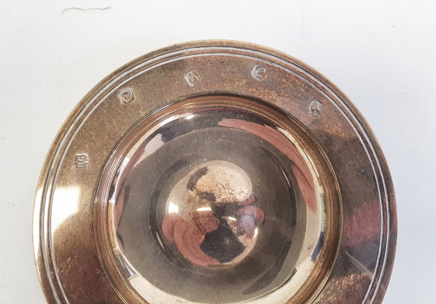 Silver Britannia standard dish by William Comyns & Sons Ltd, London 1977 with jubilee mark, of plain - Image 2 of 5