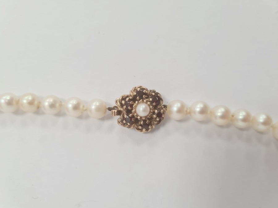 Cultured pearl necklacewith 9ct gold flower-shaped clasp, set with six garnets and single pearl, - Image 2 of 3