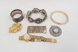 Quantity of assorted costume jewelleryincluding gilt metal chains, brooches, pendants, etc