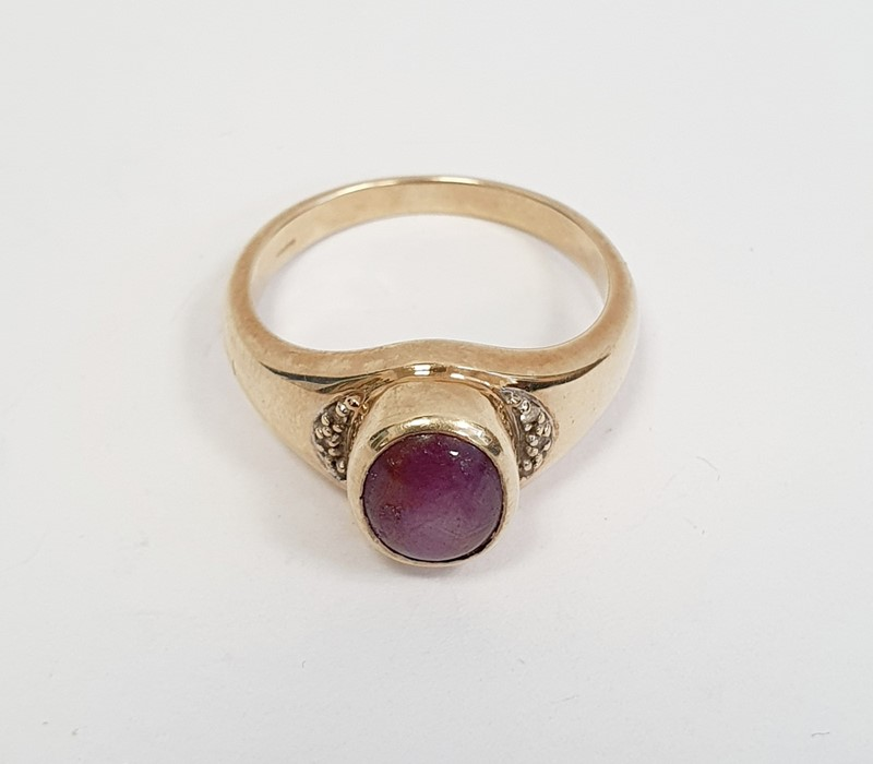 9ct gold ring set with a star ruby cabochon, finger size T 1/2, approx 6.1g - Image 2 of 3
