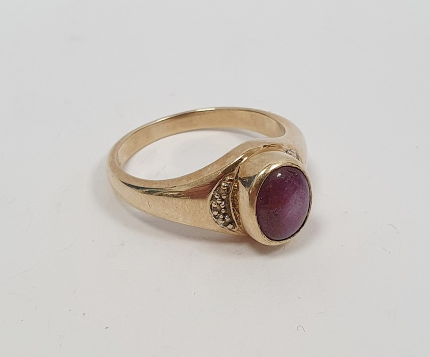 9ct gold ring set with a star ruby cabochon, finger size T 1/2, approx 6.1g