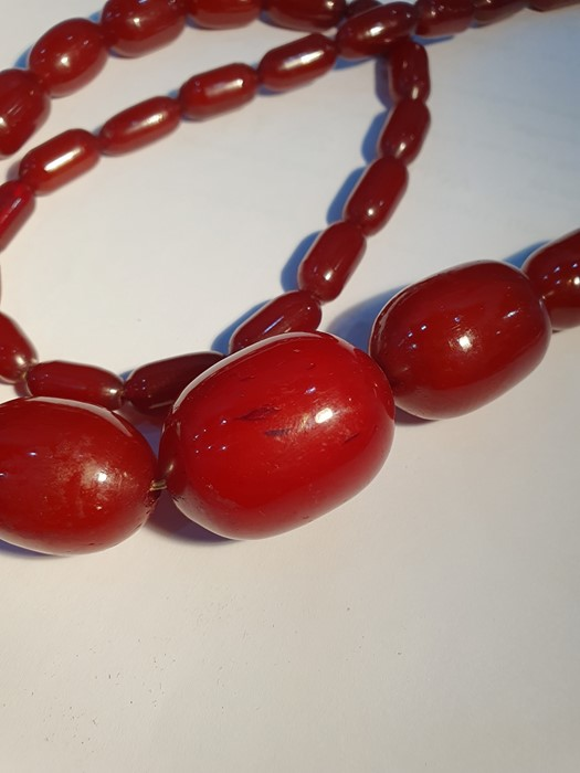 Single row of graduated red bakelite beads Condition ReportWeight approx. 98 grams - Image 3 of 5