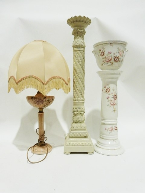 China jardiniere and stand, a pedestal and a table lamp (3)