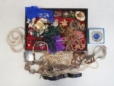 Quantity of costume jewelleryincluding simulated pearls, a Seiko watch, etc