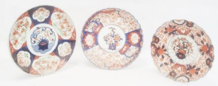 Japanese Imari plate with wavy rim decorated with a central roundel of a vase of flowers