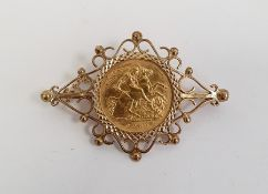 Elizabeth II gold half sovereign 1982 in 9ct gold brooch mount with scrolling decoration, approx 7.