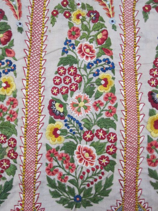 Embroidered shawlin linen, unbacked, bright colours (some holes in the fabric, the embroidery on - Image 2 of 2