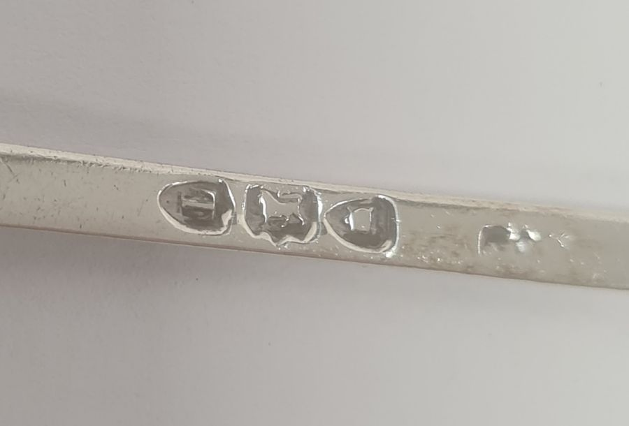 Quantity of assorted silver and plated sugar nips, apostle spoonsand souvenir spoons, 8ozt - Image 5 of 15
