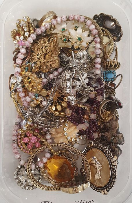 Quantity of costume jewellery, beaded necklaces, costume watches, brooches, rings (1 box) - Image 2 of 2