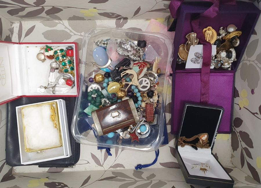 Assorted costume jewellery, brooches, necklaces, bangles, beaded necklaces etc (1 box) - Image 2 of 2
