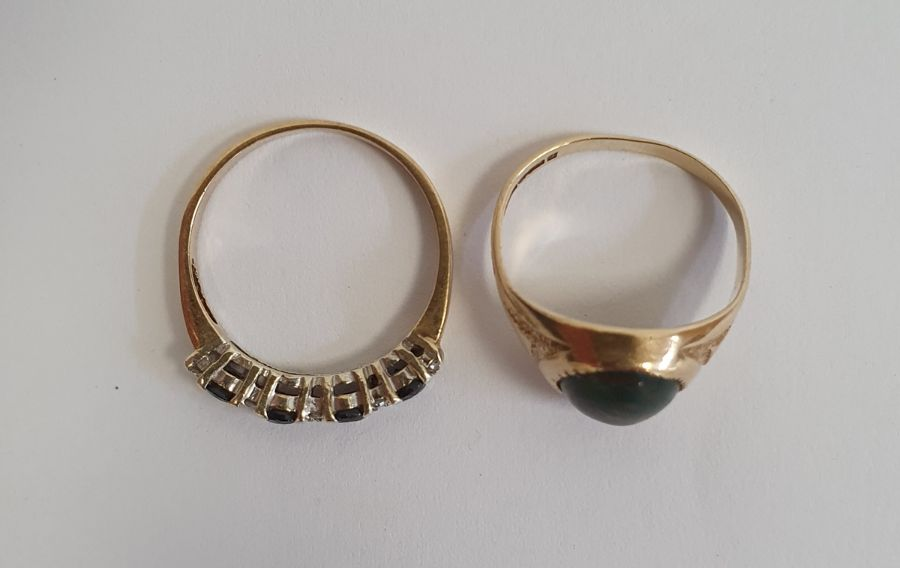 9ct gold and four stone sapphire ringwith diamond points, finger size M and a 9ct gold ringset - Image 2 of 7