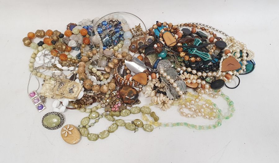 Quantity of costume jewellery, beaded necklaces, costume watches, brooches, rings (1 box)