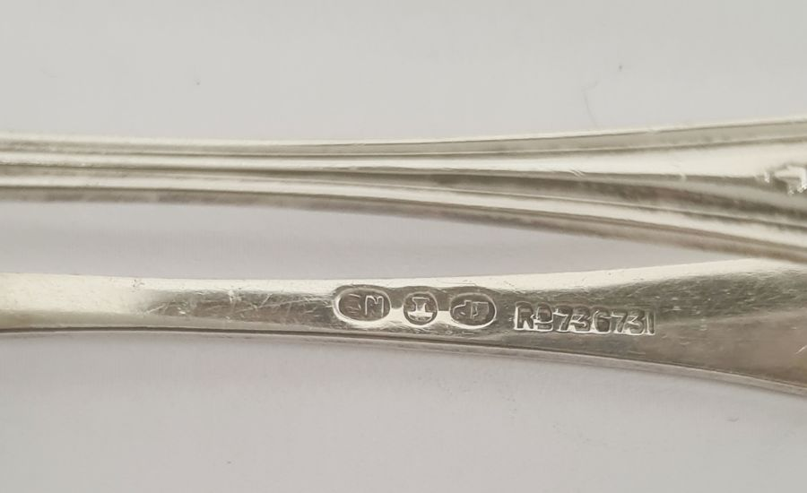 Quantity of assorted silver and plated sugar nips, apostle spoonsand souvenir spoons, 8ozt - Image 11 of 15