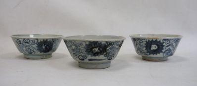 Set of three Chinese porcelain bowlswith underglaze blue scrolling flowerhead design, 14cm diameter