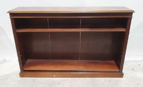 Late 19th/early 20th century mahogany open bookcase, the rectangular top with moulded edge, fluted