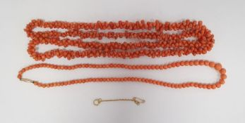 Graduating coral bead necklacewith gold-coloured clasp, 45cm long approx. and a rough coral bead