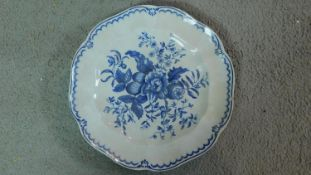 An early 19th century Worcester blue and white porcelain plate with a floral and foliate design