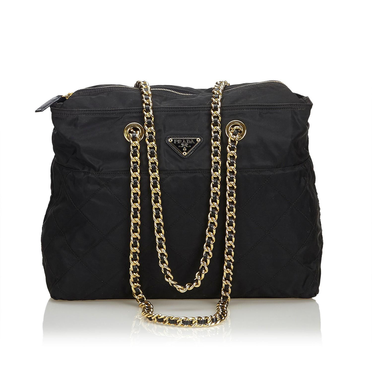 A Prada Tessuto Black Gold, gives you a sporty chic style. In quilted nylon it features gold chain