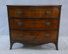 A Regency mahogany bowfronted chest of three long drawers on swept supports. H.85xW.92xL.52,5cm