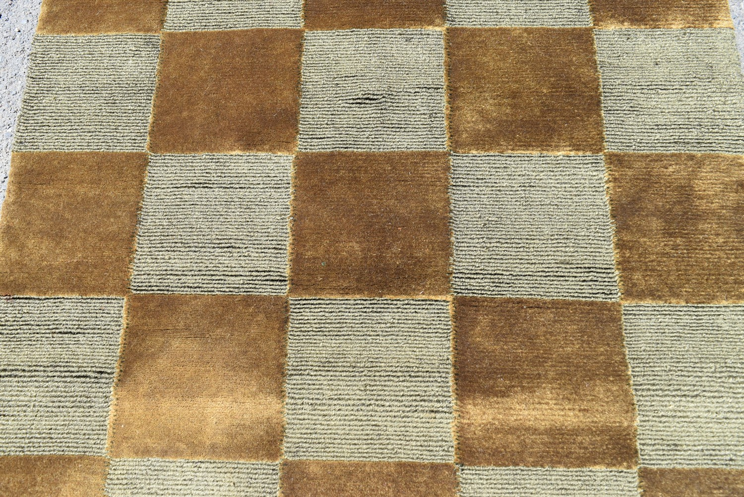 A contemporary silk & wool rug with bronze and silver chequerboard pattern. L.123xW.93cm - Image 2 of 4