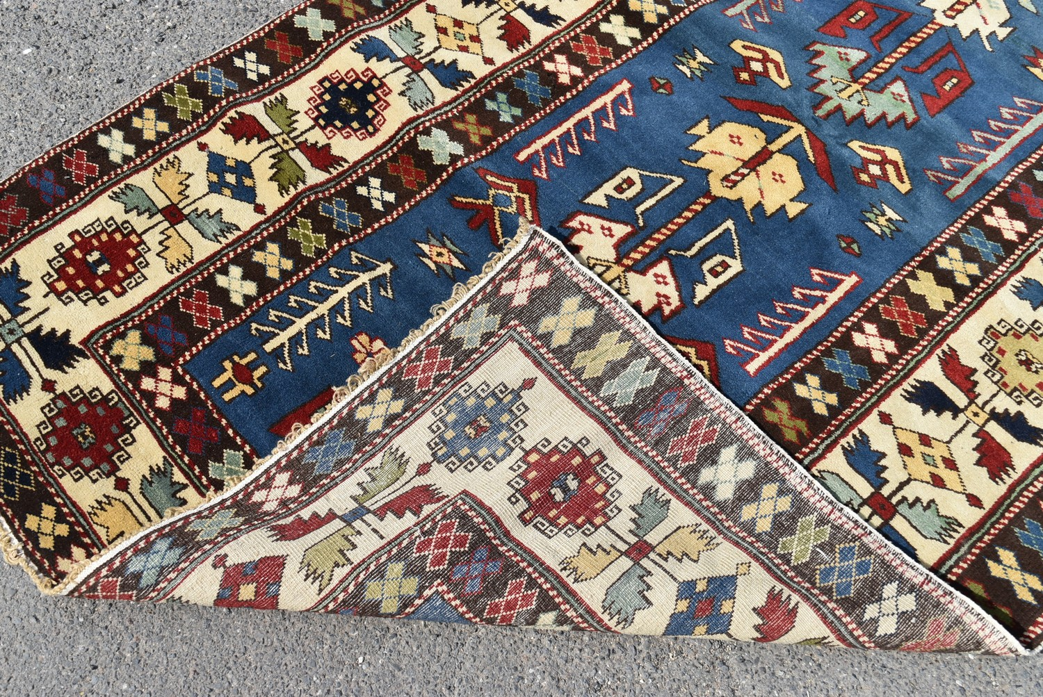 A Kazak style runner with repeating serrated palmette motifs on a sapphire ground contained by - Image 4 of 4