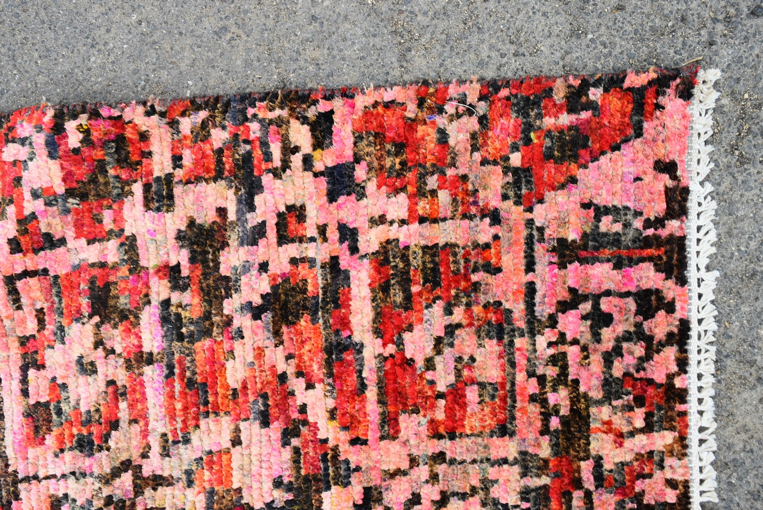 A contemporary design Persian style woollen carpet with large central medallion on a rouge field - Image 3 of 4