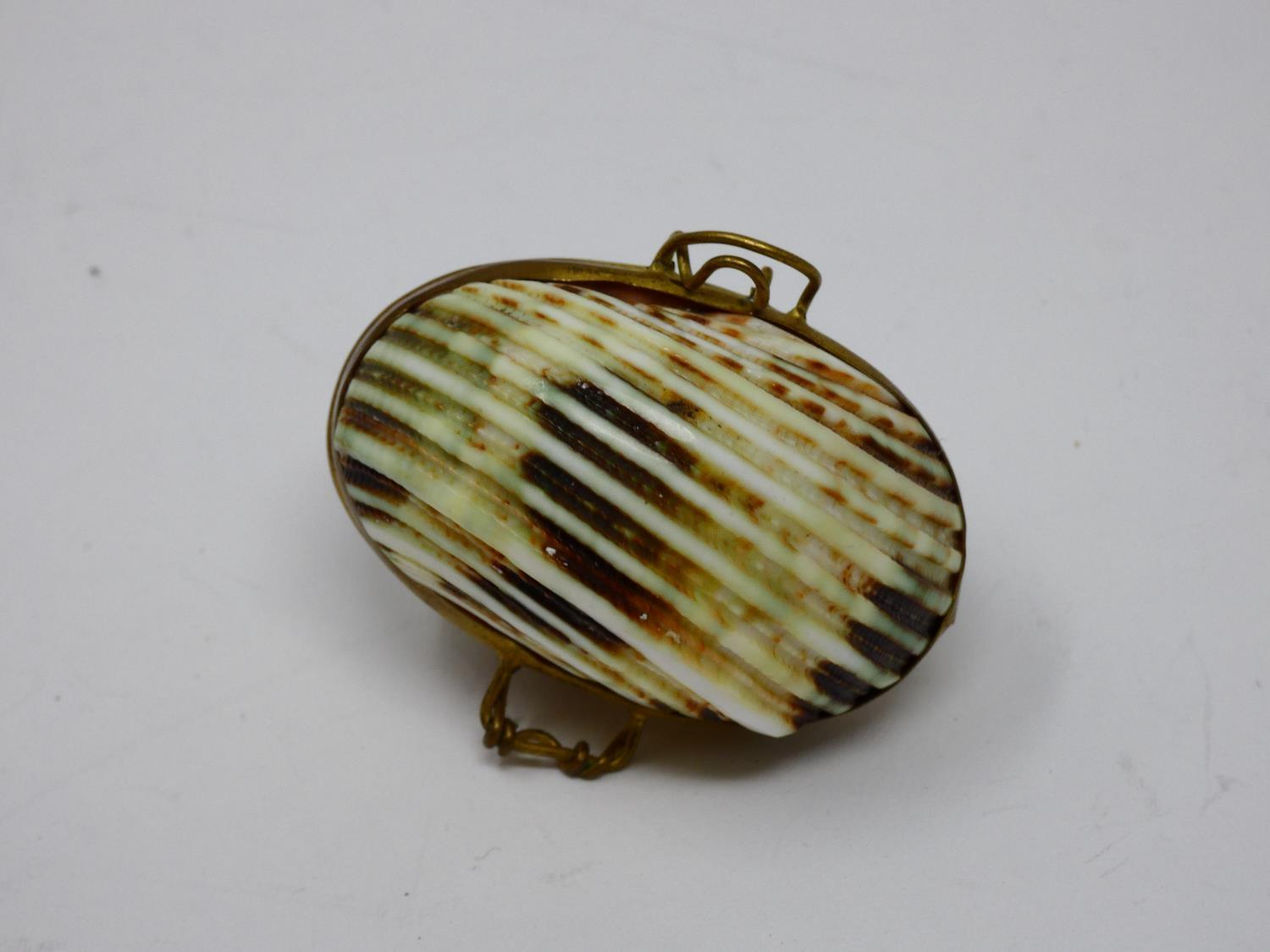 A collection of sea shell trinket boxes, three made from clam shells and three made from sections of - Image 7 of 8