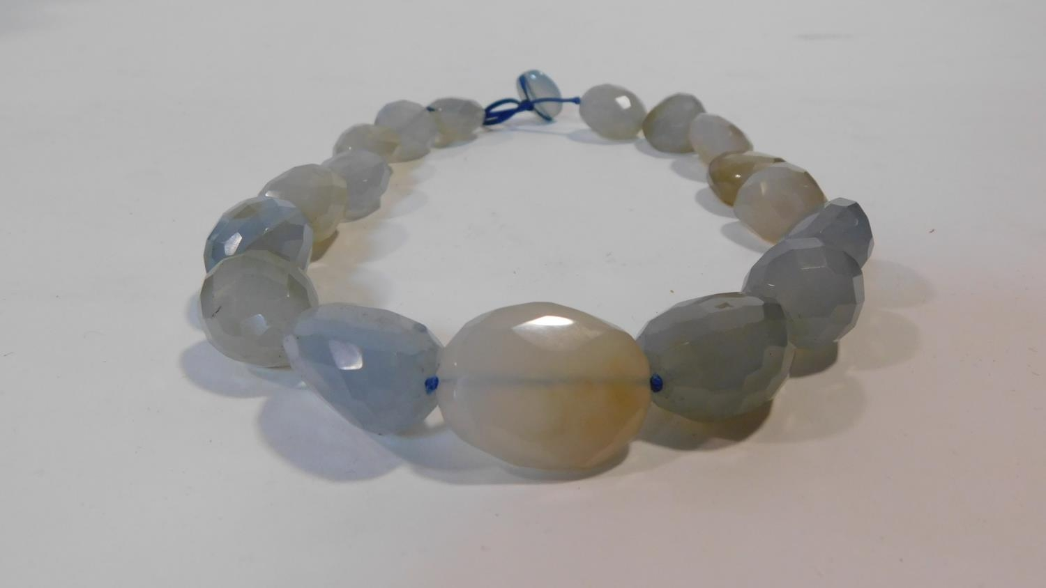 A statement faceted Chalcedony pebble necklace with a silk chord loop clasp. Composed of graduated - Image 4 of 5