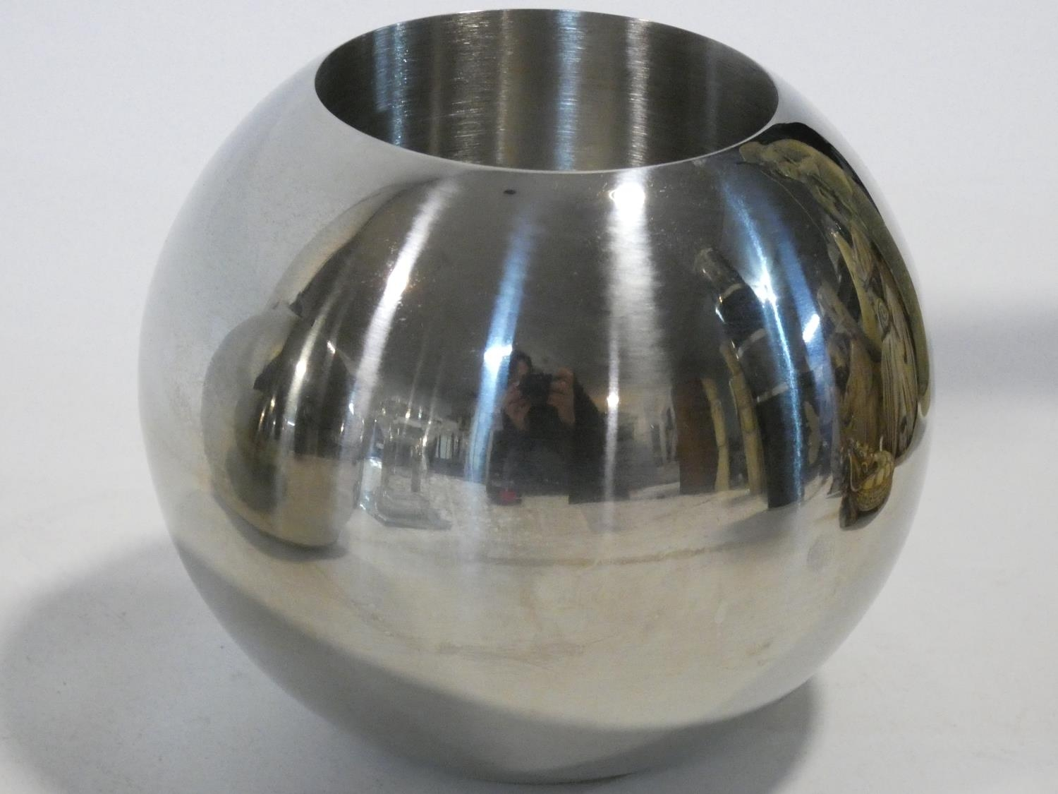 A set of four chrome spherical candle holders and a glass pedestal candle holder. H.14xW.10xL.10cm - Image 2 of 4