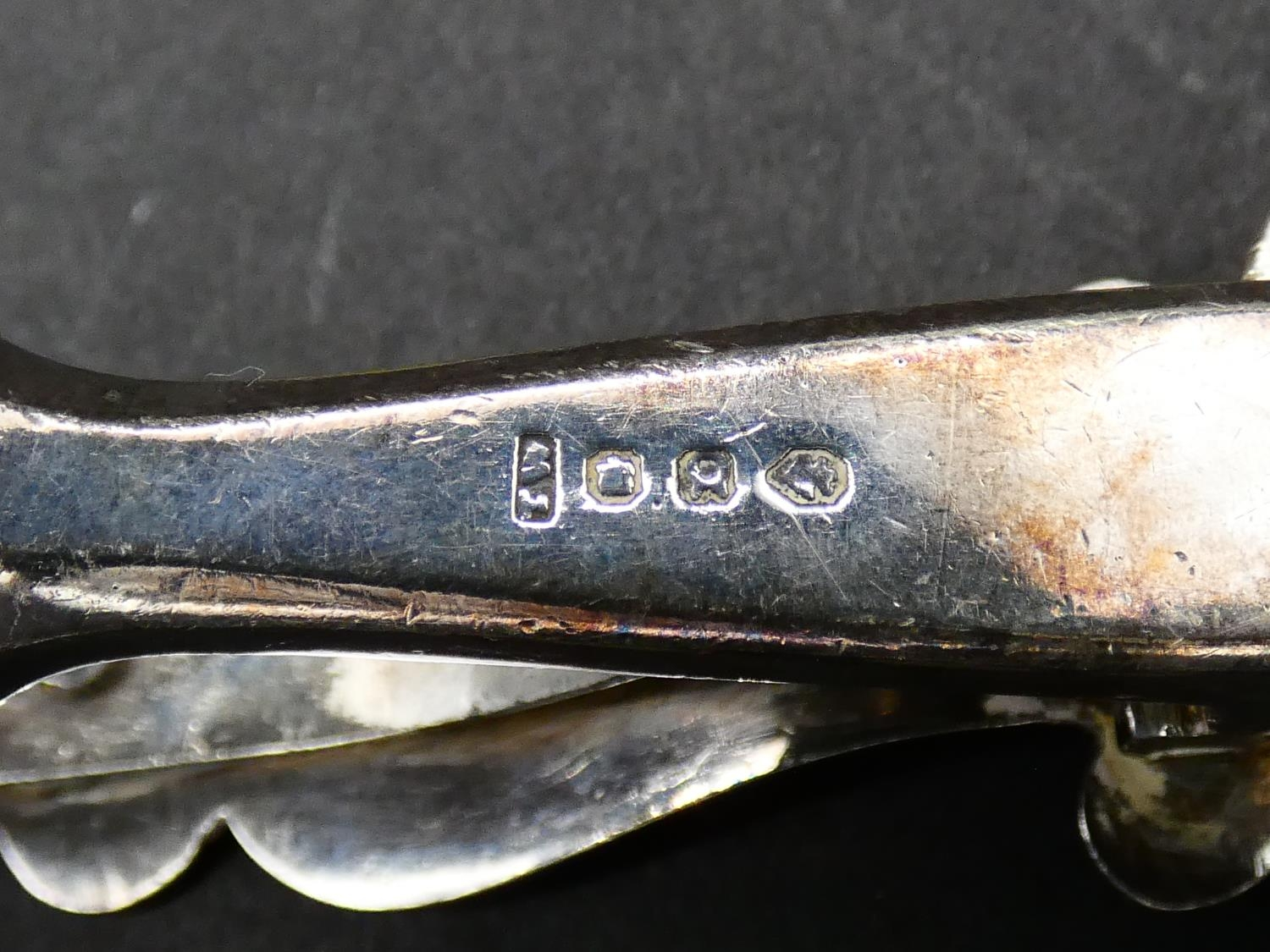A pair of 19th century silver plated pierced asparagus tongs with initial to the ivory handle. L. - Image 4 of 5