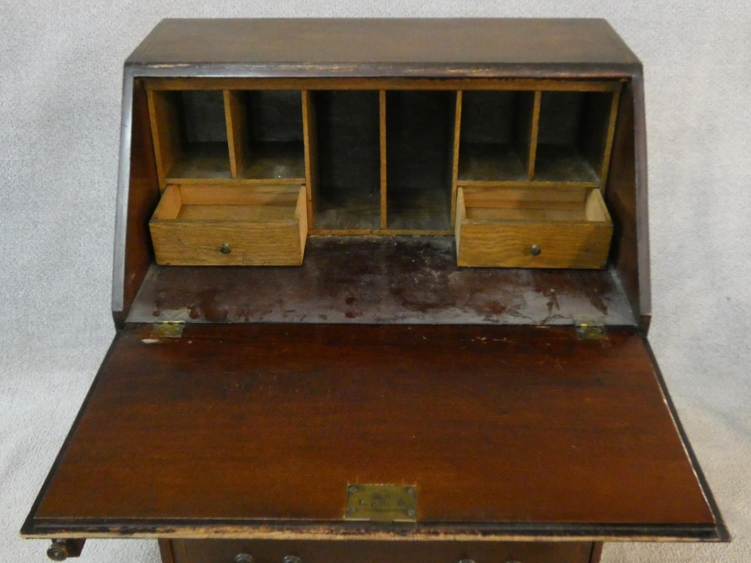 An Edwardian mahogany bureau with satinwood stringing and shell inlay to the frieze. H.95 W.61 D. - Image 4 of 6