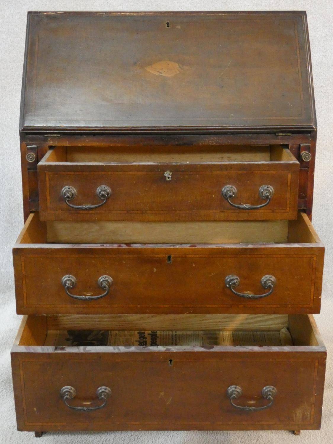 An Edwardian mahogany bureau with satinwood stringing and shell inlay to the frieze. H.95 W.61 D. - Image 3 of 6