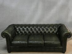 A three seater Chesterfield sofa in buttoned leather upholstery. H.70 L.200 D.85cm