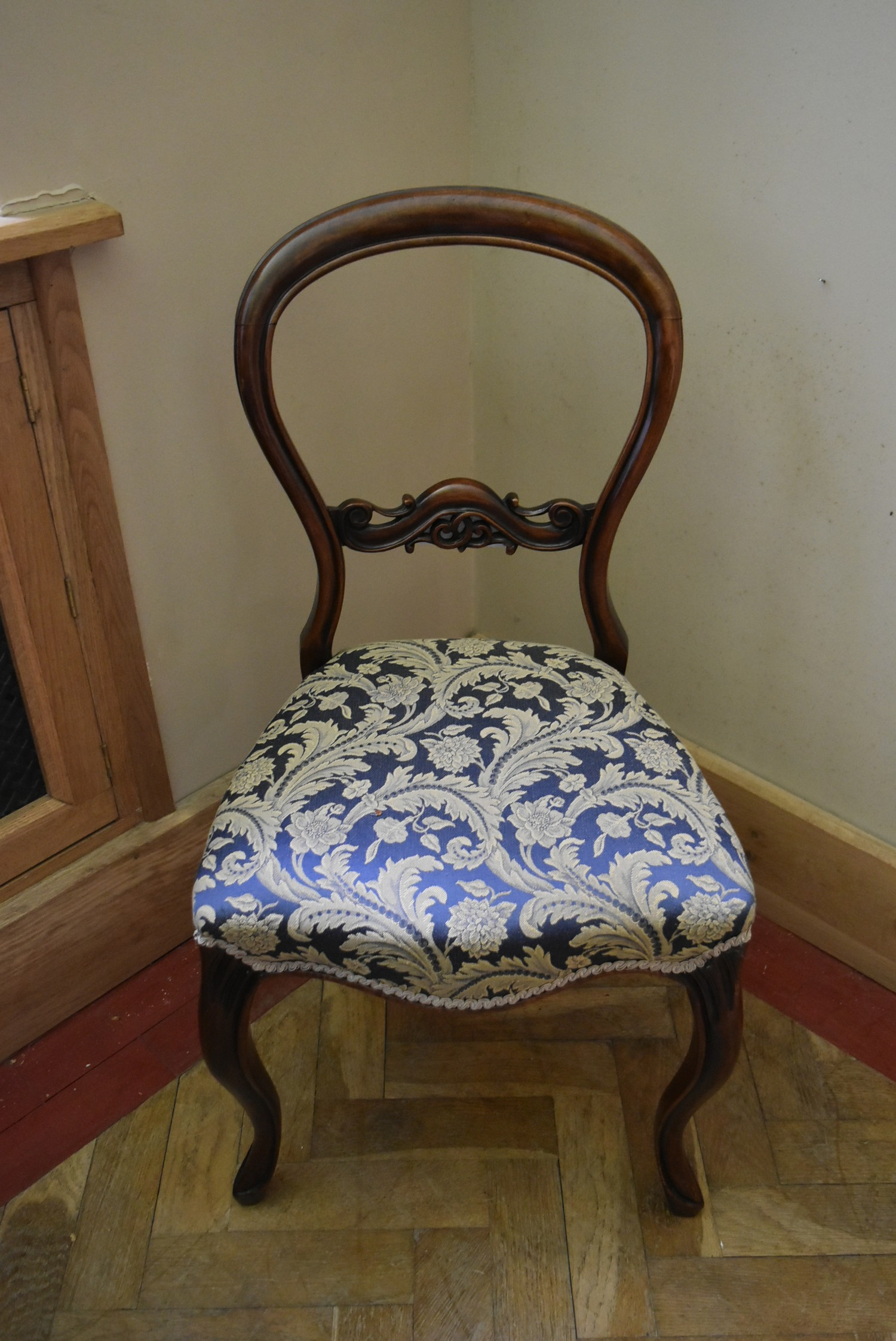 A Victorian carved mahogany balloon back side chair with foliate upholstered stuffover seat on - Image 2 of 4