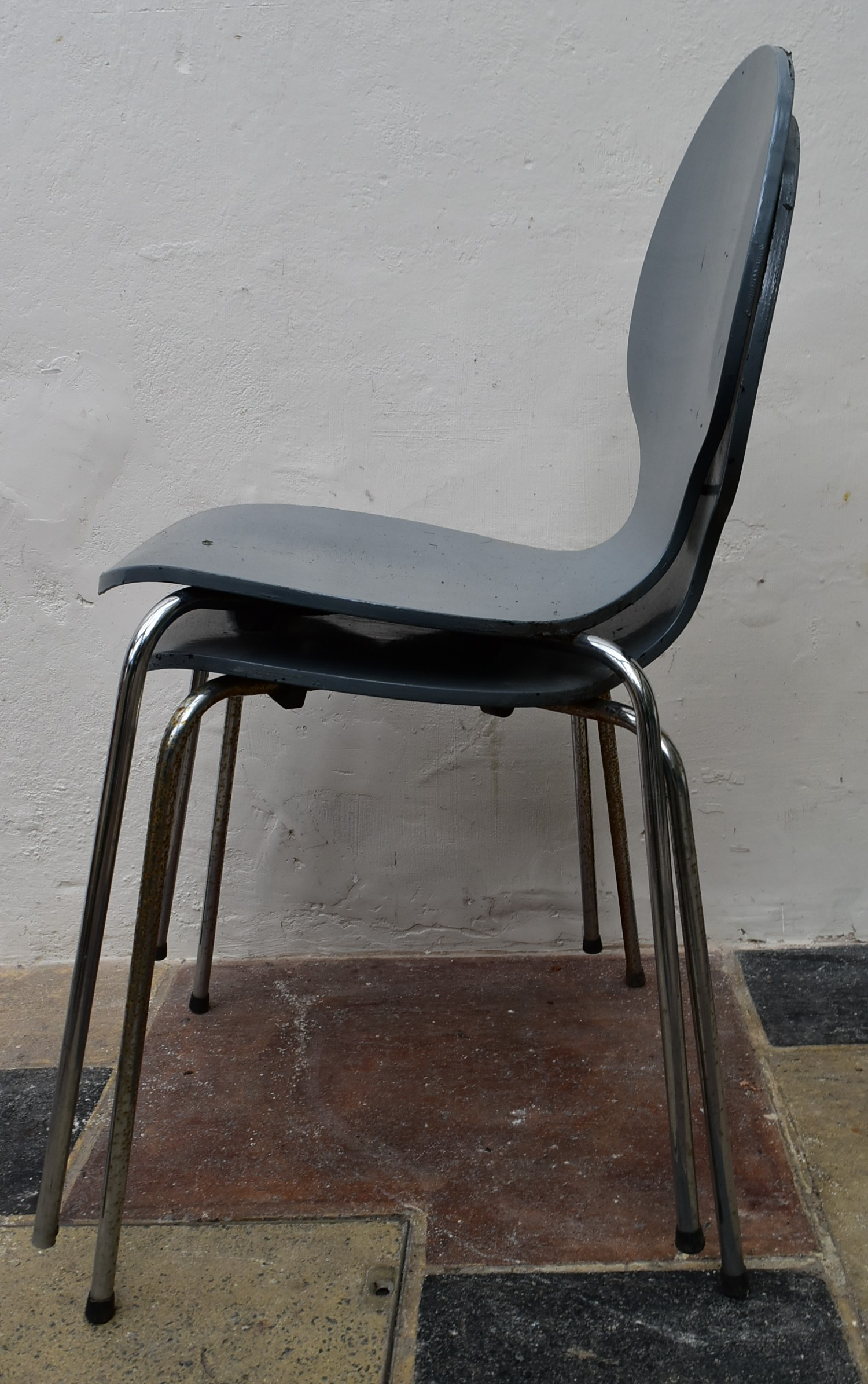 A pair of Arne Jacobsen style painted laminated dining chairs on chrome base. H.82 W.40 D.42cm - Image 2 of 4
