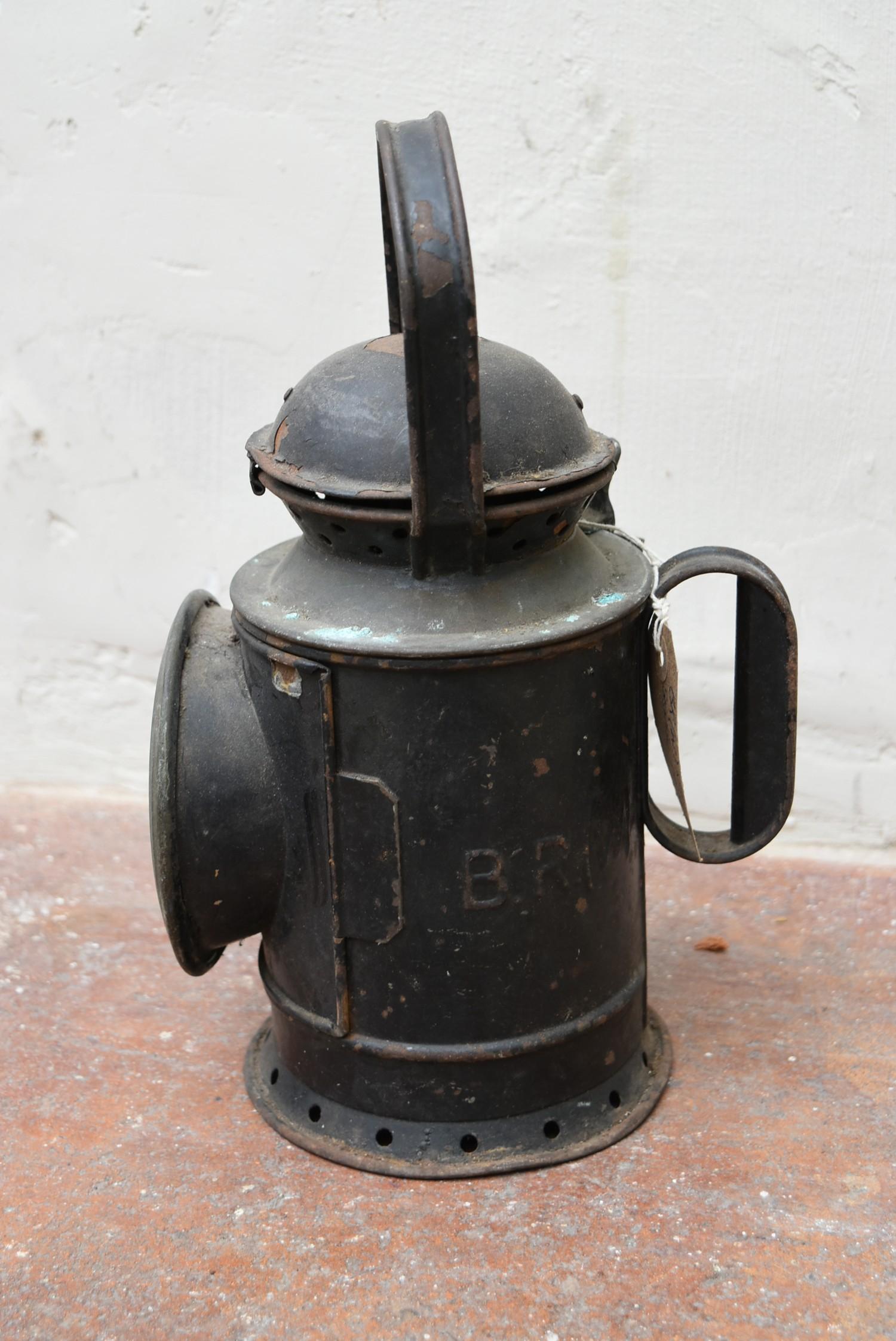 A vintage railwayman's metal cased signal lantern. H.32cm - Image 3 of 3