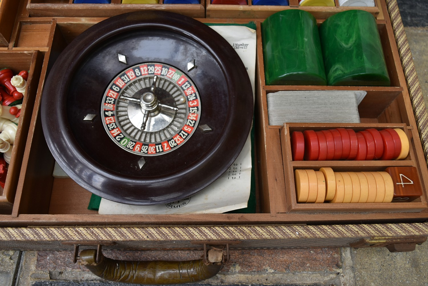 A vintage games compendium to include chess, draughts, backgammon, dominos and roulette in fitted - Image 5 of 10