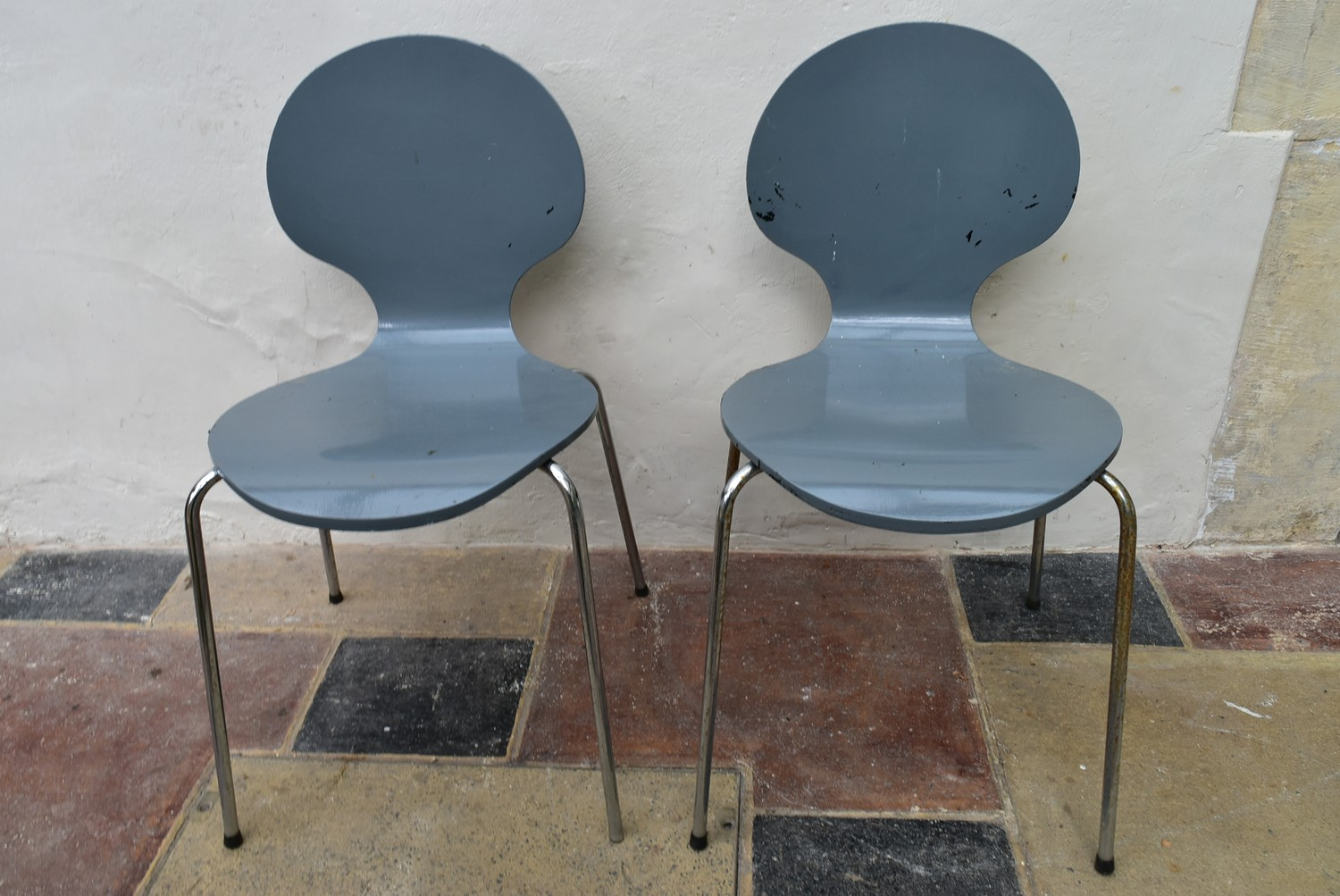 A pair of Arne Jacobsen style painted laminated dining chairs on chrome base. H.82 W.40 D.42cm - Image 4 of 4