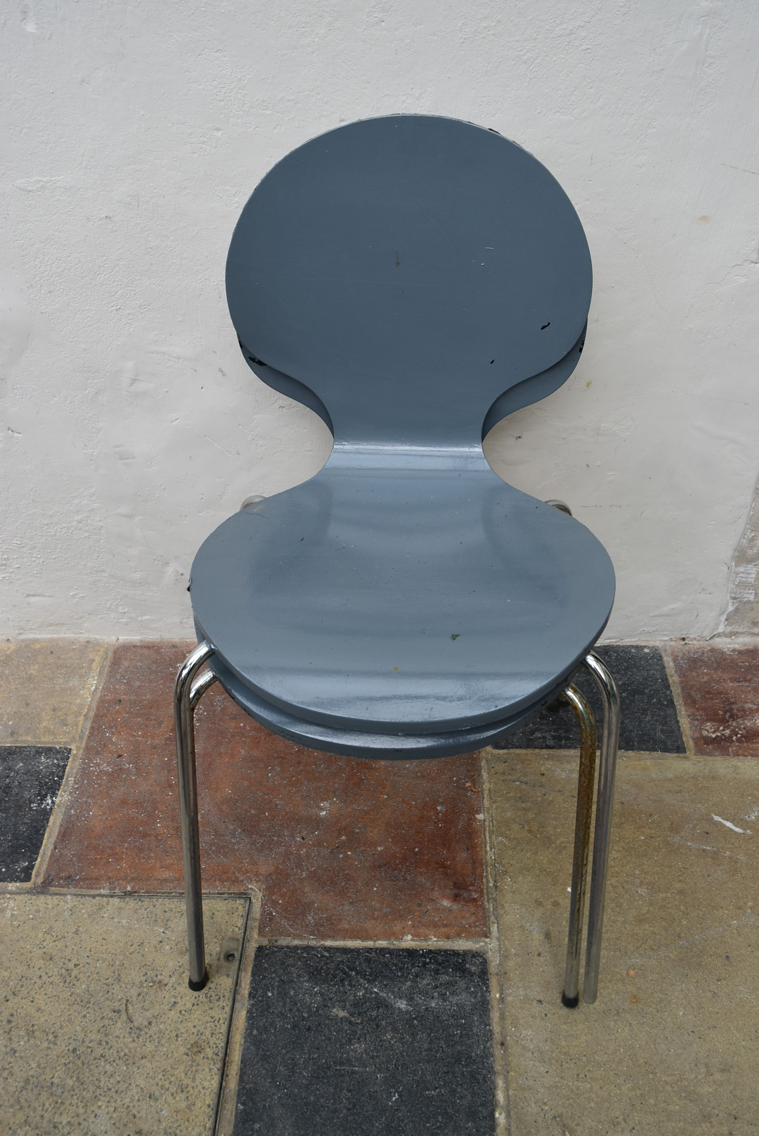 A pair of Arne Jacobsen style painted laminated dining chairs on chrome base. H.82 W.40 D.42cm - Image 3 of 4